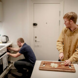 Sejr Abildgaard (tv.) og Asger Bjørn Larsen (th.) bor på Ydre Østerbro i en lejlighed, ejet af den amerikanske kapitalfond Blackstone. Lejligheden fik i 2016 blandt andet nyt køkken og badeværelse, hvilket skulle retfærdiggøre en husleje på 16.425 kr. om måneden for 108 kvadratmeter.
