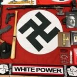 Under ransagningerne har politiet beslaglagt en række våben og nazistiske effekter.
