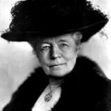 Her er Selma Lagerlöf fotograferet i 1923, og hun var tydeligvis en kvinde, der ikke var bange for at give livet én på hatten. På det tidspunkt havde hun forlængst fået Nobels Litteraturpris som den første kvinde. Hun var også optaget i Svenska Akademien, der afgør, hvem der tildeles den prestigefyldte pris.