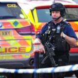 London blev fredag ramt af endnu et terrorangreb. Lokale roses for at have forhindret angrebet i at udvikle sig. Her ses bevæbnet politi ved London Bridge umiddelbart efter angrebet fredag eftermiddag.