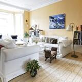 I den ferskenfarvede stue står sofaerne midt i rummet, mens to chaiselonger findes i karnappen mod Vesterbrogade.