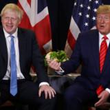 Den britiske premierminister Boris Johnson gør, hvad han kan for ikke at virke for tæt med præsident Donald Trump, mens sidstnævnte i disse dage er på besøg i Storbritannien.