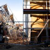 Det væltede stillads på byggepladsen ved Lundtoftegade på Nørrebro. Demonstrerende stilladsarbejdere væltede det mandag i protest mod det litauiske firma, der arbejder på byggepladsen. De danske stilladsarbejdere mener ikke, at sikkerheden på arbejdspladsen er i orden.