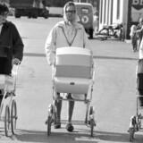 »Lederne har derfor en klar opfordring til Christiansborg om at sende et tydeligt signal til mødre og fædre ved at ændre i reglerne for barselsorlov så hurtigt som muligt. Vores forslag er at dele barselsdagpengene ligeligt mellem forældrene,« skriver Berit Toft Fihl. På billedet ses gåtur i Hanstholm i sommeren 1967.