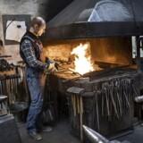 Rasmus Bugges essesmedje med åbent ildsted er den eneste professionelle af sin slags i landet og er et af de mange værksteder i Raadvad, der udfører gamle håndværk inden for byggeri og indretning.