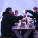 Den varme gullaschsuppe bliver serveret i en større iglo med fine dekorationer skåret i isen. Temperaturen er minus fire grader, så der bliver skålet med vanter på, mens både suppe og den unikke oplevelse fordøjes.