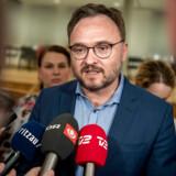 En glad klimaminister Dan Jørgensen (S) fortalte fredag aften pressen, at Danmarks første klimalov er faldet på plads.