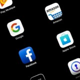 »Brugernes usikkerhed om belønning er tech-giganternes garanti for, at de bliver hængende. Jo længere brugerne bliver hængende, jo mere data kan der erhverves om brugerens adfærd og forbrugsmønstre,« skriver Vincent F. Hendricks.