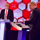 Her er de to mænd, som kæmper om at blive premierminister: Den konservative Boris Johnson (th.) og Labours Jeremy Corbyn. Uanset valget vil den gamle thatcherisme tabe, og tendensen vil gå fra det private til det offentlige, det globale til det nationale. Billedet er fra BBCs tamme duel fredag aften.