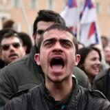 »Det danske arbejdsmarked er langt mere fleksibelt end de fleste andre steder i Europa, og kan derfor reagere hurtigere på kriser,« skriver Christian Bjørnskov. På billedet ses demonstranter uden for det græske parlament i 2016, der protesterer mod en pensionsreform foreslået af landets daværende premierminister fra det venstreorienterede parti Syriza, Alexis Tsipras. Tsipras tabte magten ved valget i 2019. LOUISA GOULIAMAKI / AFP