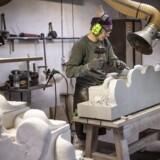 »Om få år vil man begræde, at man ikke længere kan se fx. en essesmed eller stenhugger udføre deres håndværk på traditionel vis,« skriver stenhuggermester Stig Andersen. Her er stenhugger Karina Lybecker Christiansen i gang med en opgave for Stockholm Slot.