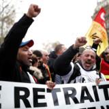 Medlemmer af den toneangivende fagforening CGT demonstrerer i Paris under de nu seks dage lange protester mod præsident Emmanuel Macrons pensionsreform.