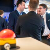 Efter et tryk på den røde knap er der nu tændt for TDCs 5G-mobilnet i et større testområde i Helsingør. Her ses TDC Nets administrerende direktør, Andreas Pfisterer (til venstre), i en snak med Dansk Erhvervs administrerende direktør, Brian Mikkelsen, om mulighederne ved den nye teknologi.