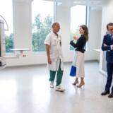 Den nye nordfløj åbnes officielt 14. januar, men de nye rammer er allerede blevet vist frem til kronprinsesse Mary og den svenske prins Daniel. Problemer med suget på operationsstuerne gør nu, at patienternes indtog udskydes til starten af marts.