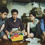 Choi Woo-shik, Song Kang-ho, Jang Hye-jin og Park So-dam sætter sig ind i pizzabakkefoldningens mysterier.