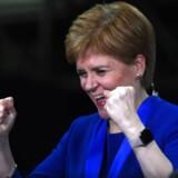 Den skotske selvstyreleder, Nicola Sturgeon, jubler efter at have hørt, at hendes partifælle i en valgkreds i udkanten af Glasgow sensationelt har besejret Liberaldemokraternes partileder, Jo Swinson.