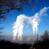 De globale CO2-udledninger er steget til nyt rekordniveau i 2019 – trods intentioner om det modsatte. I 2020 skal klimaskuden vendes. Køletårne og skorstene på kulkraftværk i Bosnien-Hercegovina.