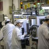 Den kinesiske mobilgigant Huawei er verdens største leverandør af mobiludstyr og er verdens næststørste smartphoneproducent. USA ønsker at udelukke firmaet helt. Her arbejdes der på en Huawei-fabrik i Dongguan i Kinas Guangdong-provins.