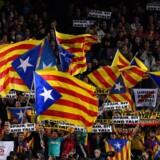 Separatister vifter med uafhængighedsflag på Camp Nou. Bannerne med påskriften »Sit and talk«, som er den ansigtsløse bevægelse Tsunami Democràtics motto, er en opfordring til bilaterale forhandlinger om Cataloniens tilhørsforhold til Spanien.