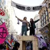 COP har udviklet sig til en slags cirkus, hvor en broget flok på titusindvis af politikere, embedsmænd, eksperter og NGOer samles. Det udgør ikke en optimal ramme for seriøse og målrettede forhandlinger om et emne, der er politisk og teknisk vanskeligt. Her protesterer medlemmer af klimagruppen Extinction Rebellion under COP25 i Madrid.