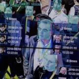 Software kan udvikles til at genkende ansigter ud fra bestemte træk. Her bliver teknologien demonstreret på en stor elektronikmesse i Las Vegas i USA, hvor systemet identificerer folk med ID-nummer og noterer sig, hvor mange gange de er gået forbi kameraet.