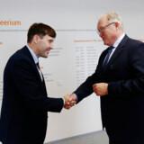 Estlands finansminister, Martin Helme, hilser på den tidligere svenske statsminister Göran Persson (S). Persson er ny bestyrelsesformand i Swedbank, der ligesom Danske Bank har haft problemer med at overholde hvidvaskreglerne i Baltikum.
