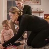 Alicia leger med dukker med far og mor, Thomas Foght og Sarah Dubord-Gagnon, i hjemmet i Brønshøj. Tidligere blev Alicia med stor succes passet i hjemmet i en privat pasningsordning.