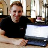 Den østrigske aktivist Max Schrems på 32 år er ikke ked af det. Udover at bekæmpe Facebook ved EU-domstolen, har han desuden klaget over blandt andre Amazon, Apple Music, Netflix, Spotify og YouTube. Arkivfoto: Heinz-Peter Bader/Reuters/Ritzau Scanpix