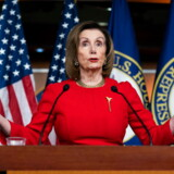 Demokraternes leder, Nancy Pelosi, har forsinket oversendelsen af anklageskriftet fra Repræsentanternes Hus til Senatet, der agerer domstol i sagen imod præsident Donald Trump.