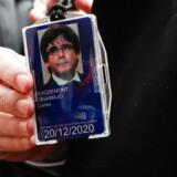 Carles Puigdemont viser den midlertidige akkreditering til Europa-Parlamentet, som han allerede dagen efter EU-domstolens opsigtsvækkende afgørelse fik udleveret. Den catalanske leder med den besynderlige Beatles-frisure er de nationalt sindede spanieres foretrukne hadeobjekt.