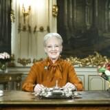 »Med det forbehold, at en pludselig tragedie inden nytår igen kan hjemsøge os og bringe alvor, fortvivlelse og bekymring ind i vores liv, vil min opfordring til Mette Frederiksen være, at Statsministeriet nu slipper Dronningen fri, så hun kan få lov at blæse optimisme, håb og glæde ind i 2020,« skriver Jarl Cordua.