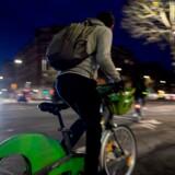 Generalstrejken i Frankrig, der især rammer den offentlige transport, har fået antallet af cyklister til at eksplodere. Her suser en bruger af bycyklen Velib gennem Paris' morgentrafik.