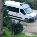 En grænsebetjent fører en anholdt migrant ned til et ventende salatfad nær den spanske enklave Ceuta i Nordafrika. Nu bliver de marokkanske sikkerhedsstyrkers bilpark opgraderet med hjælp fra EU.
