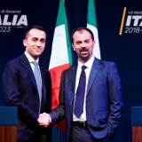 Partileder Luigi Di Maio og Lorenzo Fioramonti trykker hånd forud for Femstjernebevægelsens formidable valgsejr i marts 2018. Små to år senere er bevægelsen truet af en opløsning, der kan sprænge Italiens skrøbelige regering.