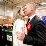Stephen Kinnock har siden 2015 tre gange vundet sin walisiske valgkreds for Labour. Her fejrer han sejren i 2017 med hustruen, Helle Thorning-Schmidt.