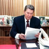 Tidligere præsident i USA Ronald Reagan i Det Ovale Kontor i Det Hvide Hus i Washington DC i 1988.