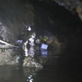 En dykker på vej ind i den grotte hvor de 12 fodbolddrenge og deres træner sad indespærret i juni 2018. (Arkivfoto) Handout/Ritzau Scanpix