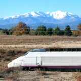 Et spansk hurtigtog krydser grænsen mellem Frankrig og Spanien med Pyrenæerne i baggrunden. I dag sker det undtagelsesvis og i samarbejde med franske SNCF, men om et års tid bliver der fri konkurrence på de europæiske jernbaneskinner.