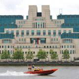 MI6-hovedkvarteret ved Themsen er tegnet af arkitekten Terry Farrell med referencer til 1930ernes elkraftværker og mexicanske pyramider. Indenfor er stemningen alt andet end god efter et sikkerhedsbrist.
