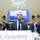 Vi er nødt til at overveje monopollove som et alternativ til regulering af netindhold. Økonomer og jurister er begyndt at erkende, at forbrugerne skades af ting som tab af privatliv og manglende innovation, når Facebook og Google sælger brugerdata og opkøber nystartede selskaber, som ellers kunne true dem, skriver Francis Kukuyama. Her vidner Facebook-Stifter Mark Zuckerberg i den amerikanske kongres 2018.