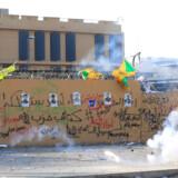 Onsdag 1. januar er der fortsat demonstrationer foran den amerikanske ambassade i Bagdad i Irak. Demonstrationen udviklede sig tirsdag til et angreb på ambassaden. Et angreb, den amerikanske præsident, Donald Trump, mener, Iran står bag.