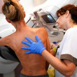 Et computerprogram var bedre til at diagnosticere brystkræft ud fra mammografiscreeninger end rigtige læger, har en ny undersøgelse vist. Her er det en patient på et fransk hospital, der får foretaget en mammografi.