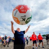 Norges statsminister Erna Solberg kaster rundt med en kæmpe fodbold med FNs 17 verdensmål. Det samme gør iværksætterne, der har fået øjnene op for forretningsmulighederne i de 17 verdensmål.