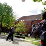 ARKIVFOTO. Drenge spiller fodbold i Mjølnerparken i København. Otte ud af 10 børn, der vokser op med begge forældre på kontanthælp, er indvandrerbørn.