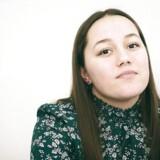Jasmin Heilman er medforfatter på den kronik i Politiken, som statsminister Mette Frederiksen henviste til i sin nytårstale, da hun nævnte, at flere børn fra udsatte familier skulle tvangsanbringes. Jasmin, der i dag er 18 år, blev frivilligt anbragt som niårig.
