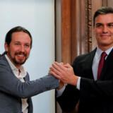 Spaniens fungerende premierminister, Pedro Sanchez (t.h.), og Unidas Podemos' partileder, Pablo Iglesias, underskrev kort inden nytår en regeringsaftale. Nu skal den igennem en tillidsafstemning i parlamentet, inden de to partier kan indtage regeringskontorerne. Susana Vera/Reuters