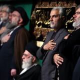 Drabet på Qassem Soleimani, her nummer tre fra højre, får olieprisen til at hoppe op fredag morgen. (Arkivfoto) Ho/Ritzau Scanpix