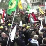 USAs likvidering af Qassem Soleimani, Irans leder af revolutionsgarden, har ført til adskillige demonstrationer i både Teheran og Bagdad med krav om »død over Amerika«. Alle forventer, at Iran vil gengælde, når den tredages sørgeperiode slutter mandag.