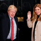 Boris Johnson tilbringer sin jule- og nytårsferie på Mustique, en privat ø i det caribiske hav, sammen med sin kæreste Carrie Symonds. Billedet er taget ved premierministerboligen 13. december, dagen efter valget.