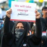 Weekenden har stået på sørgeoptog i forbindelse med begravelserne af den iranske general Qassem Soleimani og den irakiske paramilitære leder Abu Mahdi al-Muhandis. Imens venter verden på iranernes hævn. »Vi vil tage hævn,« står der på det skilt, som den iranske kvinde står med på billedet.